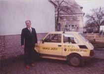 Rok 1993. Na zdjęciu instruktor, Pan Mieczysław i jedno z pierwszych aut szkoleniowych naszej firmy.